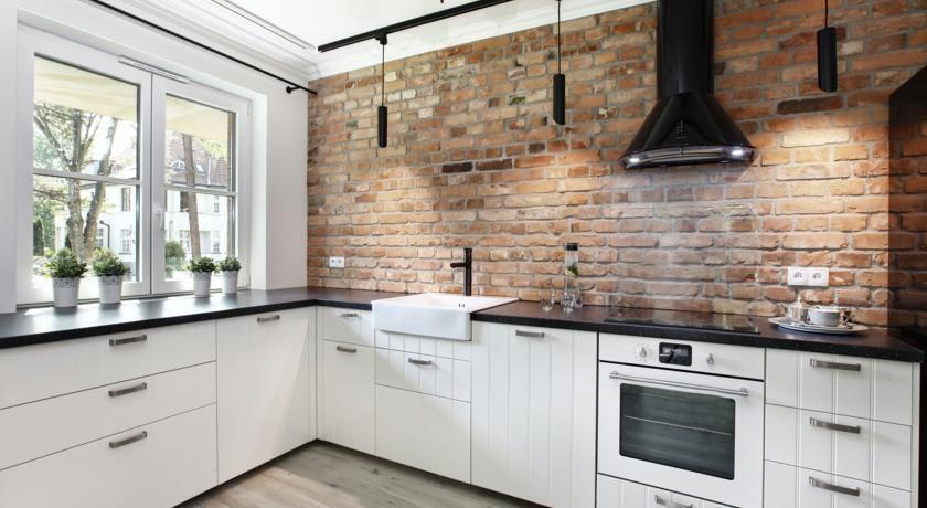 Zdjecie Biala Kuchnia Z Czerwonymi Ceglami Modern Kitchen Design Kitchen Cabinets Kitchen Design