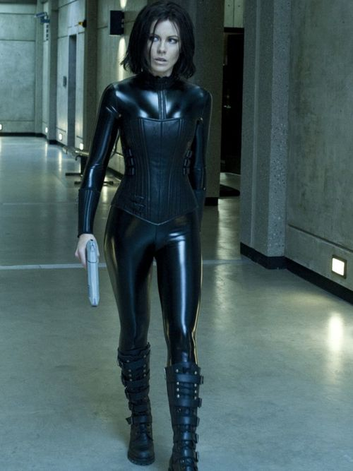 Kate Beckinsale - Underworld. Corset, Boots, Shinny Latex and Gun. She is  my favorite actress!