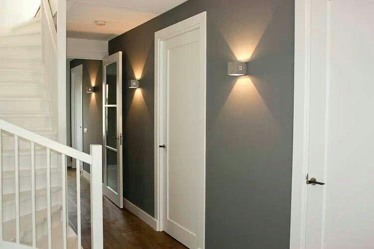 Mooie deuren mooie blikvangers in die gekleurde muur hal