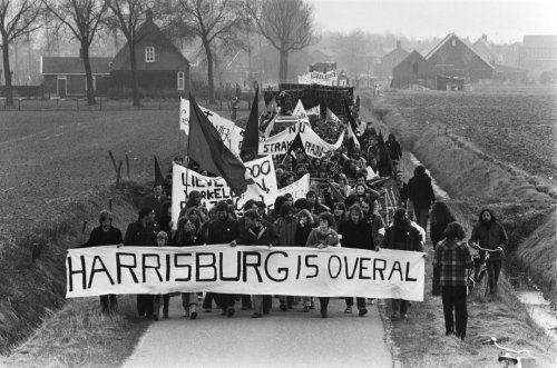 """Fotocollectie » Demonstranten bij de kerncentrale; op de spandoeken staat o.a. : """"HARRISBURG is …   gahetNA"""