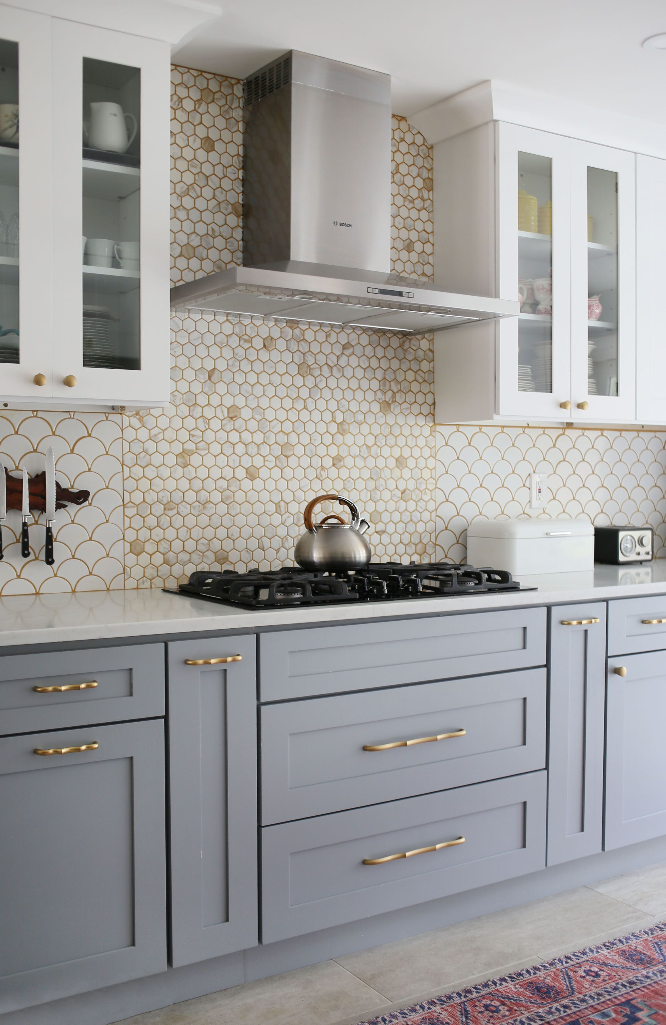 modern gray and white kitchen with wallpaper and two toned cabinets graycabinets in 2020 gray on kitchen cabinets grey and white id=66969
