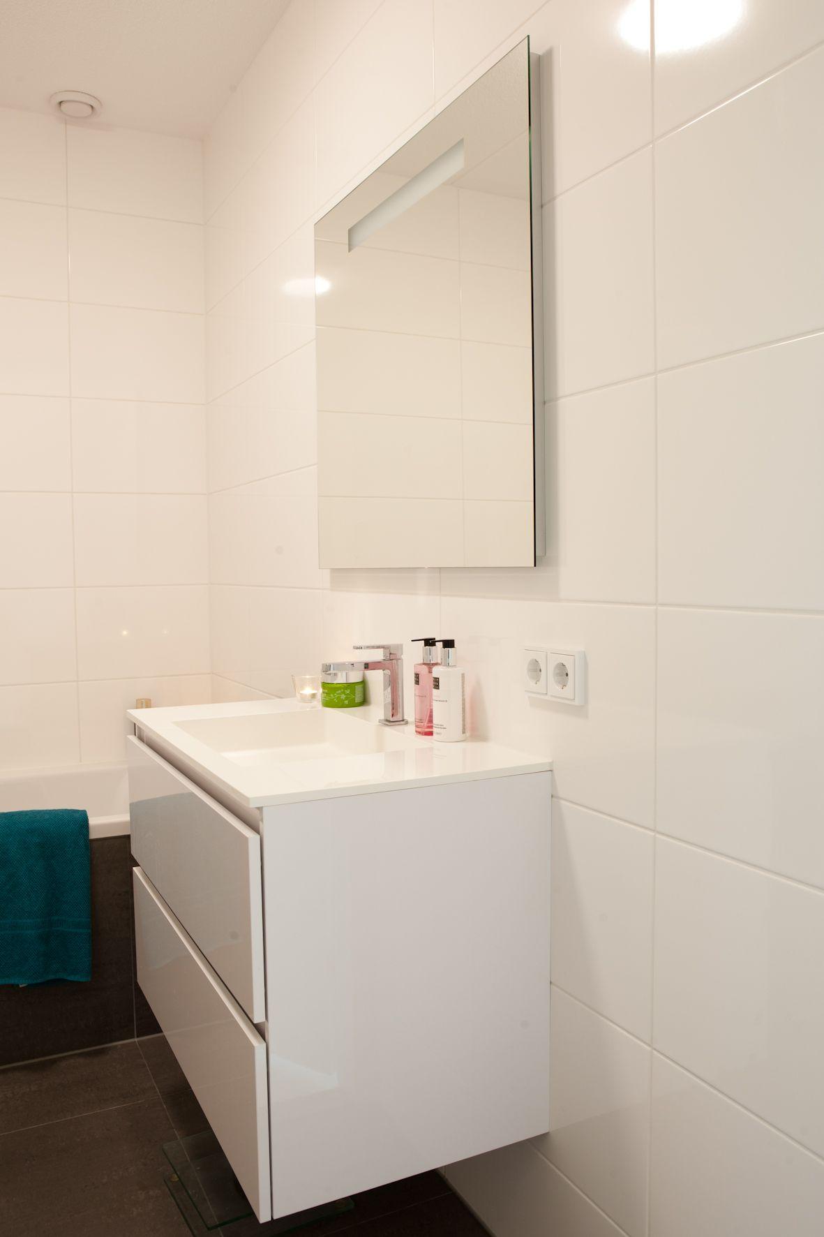 Nieuwbouwwoning: interieurinspiratie witte badkamer, wastafel. Licht ...
