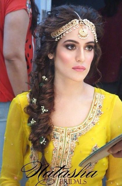 81dd7f3815e45d4fb5f81da37fd7792f 20 Simple And Cute Hairstyles For Mehndi Function Mehndi Hairstyles Pakistani Bridal Makeup Hairstyles Pakistani Bridal Makeup
