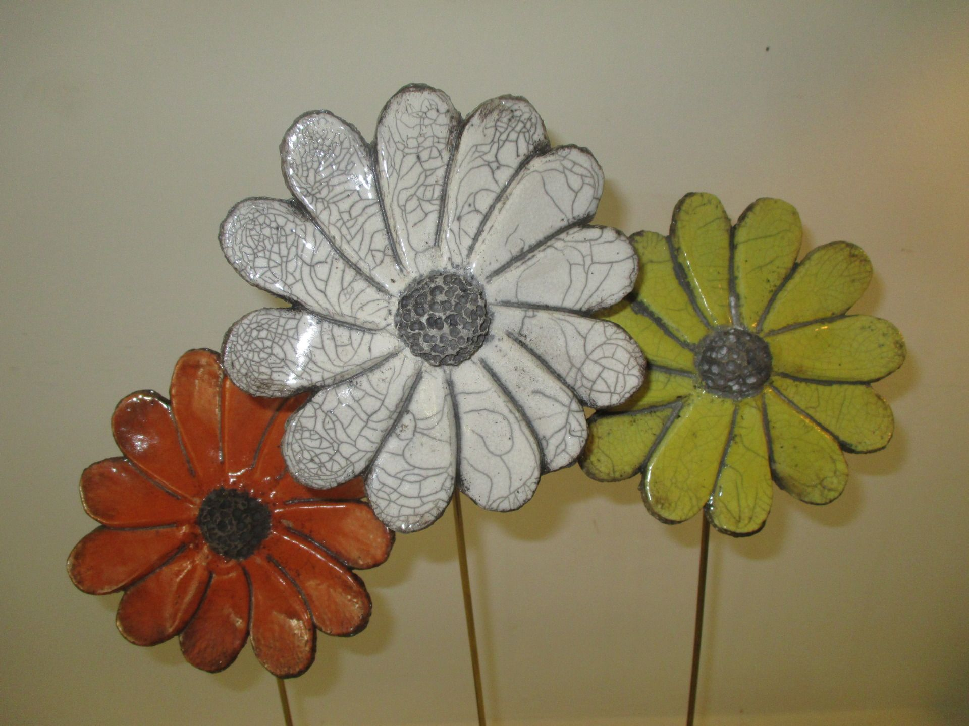 fleurs raku mont es sur tige laiton et socle en bois. Black Bedroom Furniture Sets. Home Design Ideas