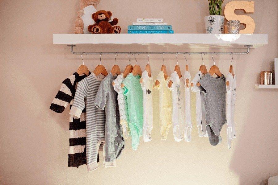 Kombiniere ein LACK-Wandregal mit einer FINTORP-Stange – und du bekommst diese dekorative und platzsparende Baby-Kleiderstange.