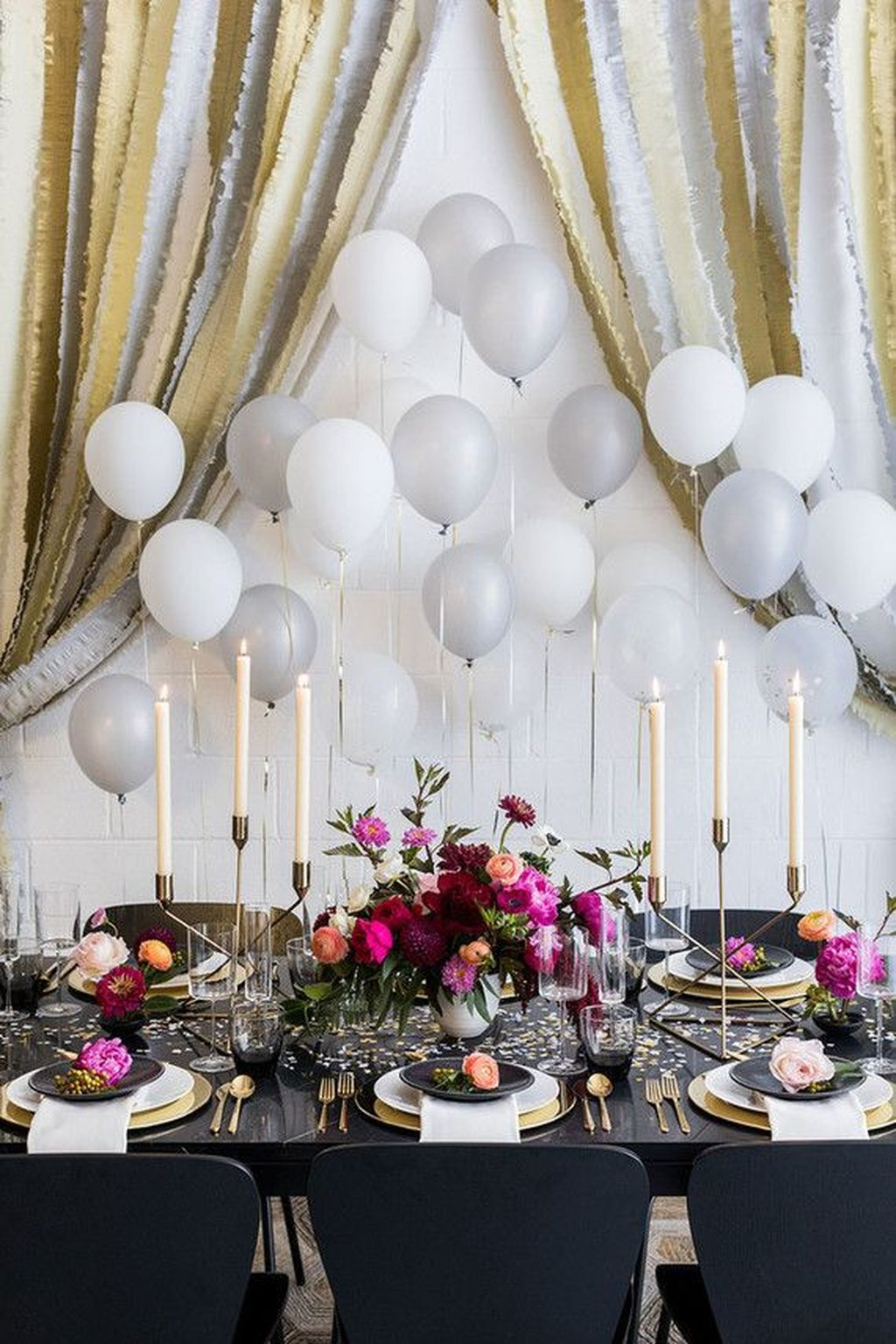 20 Gorgeous Gold And Black New Years Eve Party Decor Ideas You Should Try Trenduhome Wedding Balloon Decorations Wedding Balloons Balloon Decorations