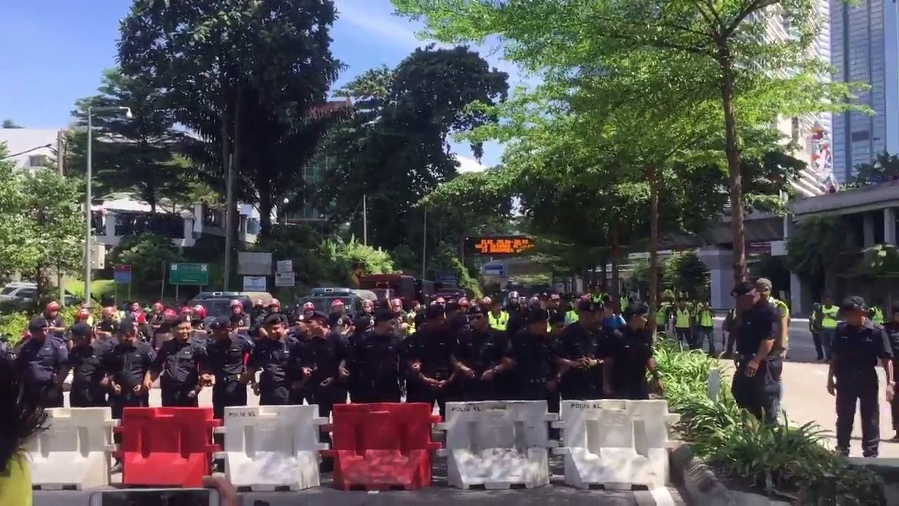 STANDOFF: #Bersih5 protestors hit their first police lines, and water cannon trucks are deployed as crowds approach the barricades.   Live blog: http://bit.ly/2fEtmTV  (Video: Melissa Goh)