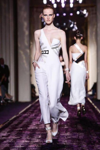 Versace Couture Fall Winter 2014 Paris, asimetría en escote y en las piernas (pantalón y falda)