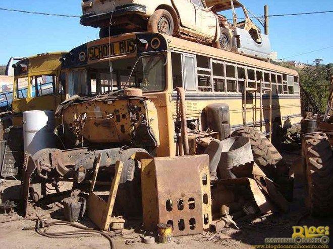 ÔNIBUS ESCOLARES - Mias um descaso do desgoverno brasileiro - Confira no blog do caminhoneiro - Ônibus escolares doados pelos Estados Unidos - EUA - estão apodrecendo em ferro velhos no Brasil. Pode? Veja a notícia