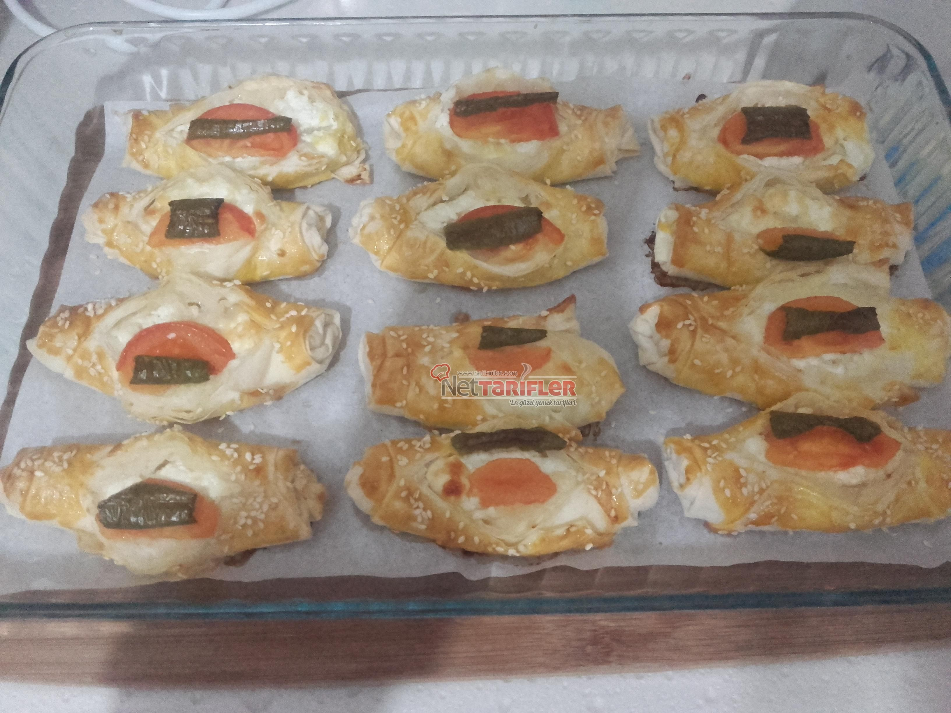 Peynirli Karnıyarık Börek , http://www.nettarifler.com/peynirli-karniyarik-borek Tarifin Detayı için : http://www.nettarifler.com/peynirli-karniyarik-borek