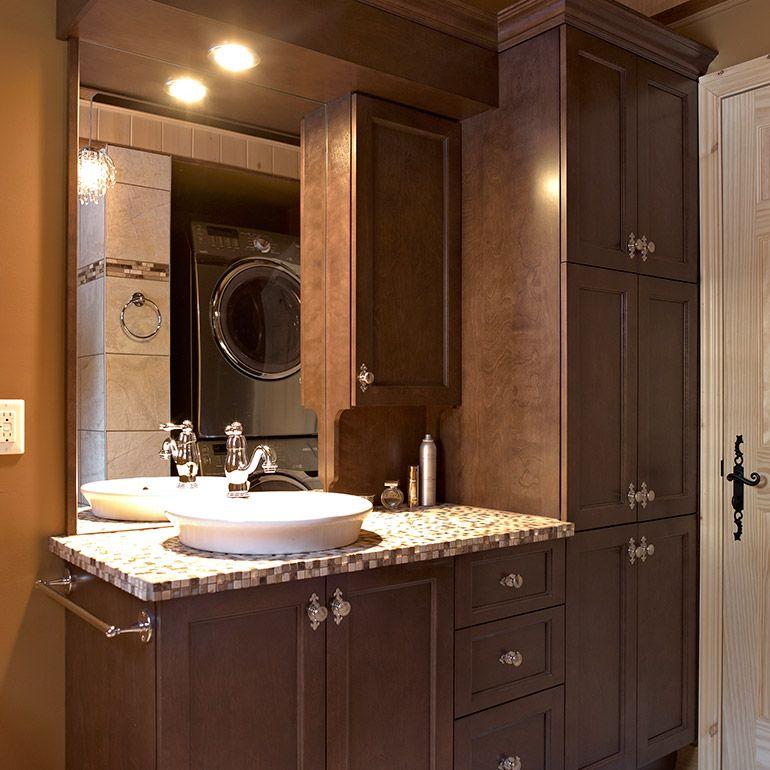 salle de bain avec armoires de bois massif et comptoir de ceramique - prise de courant dans salle de bain