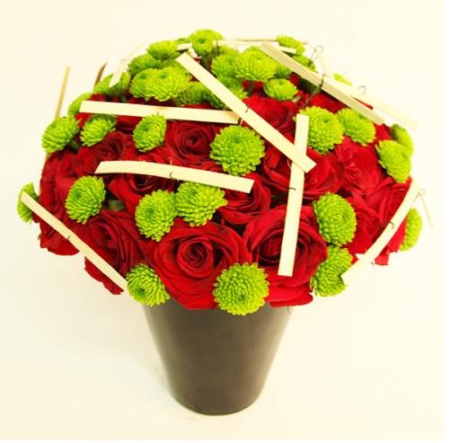 Arreglos Florales Toloache, material: 42 rosas rojas y yokos en base de cerámica. - Medidas: altura: 34 cm ancho: 29 cm http://www.toloachefloral.com/index.php/arreglos-florales/caballeros-arreglos-florales/cab02.html