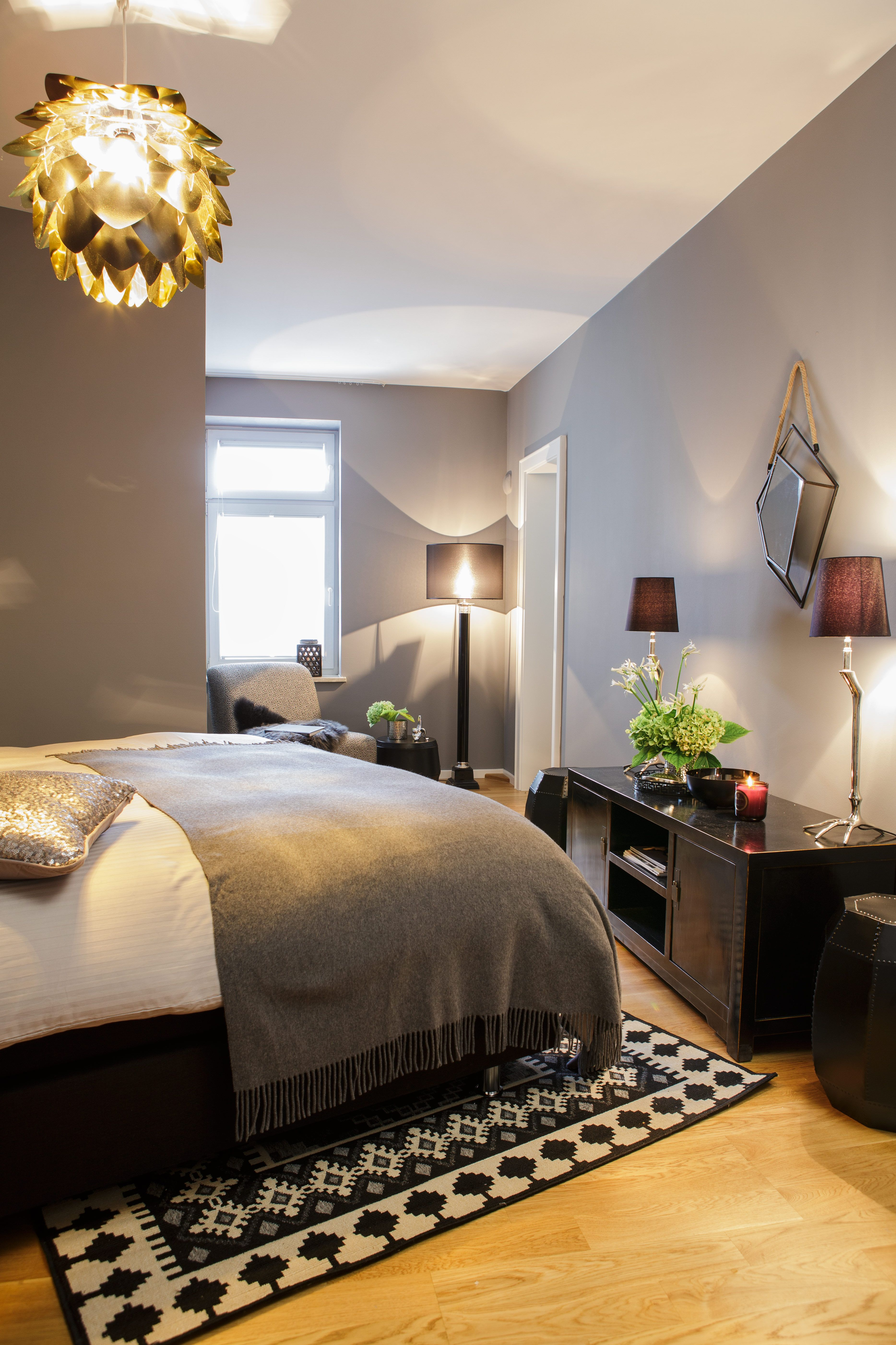 wie man sich bettet so liegt man mit silberst cken und grauer eleganz steht eurem k niglichen. Black Bedroom Furniture Sets. Home Design Ideas