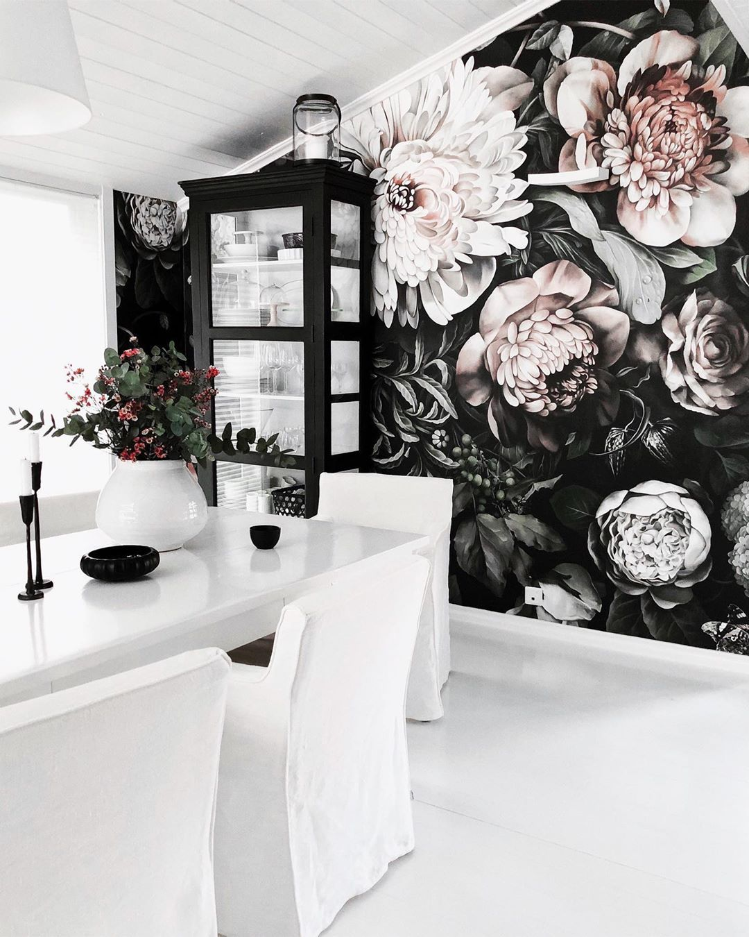 Sonja Ols Describes Ellie S Wallpaper As The Spring Feeling In Her Kitchen A Floral Wallpaper Bedroom Home Wallpaper Large Floral Wallpaper