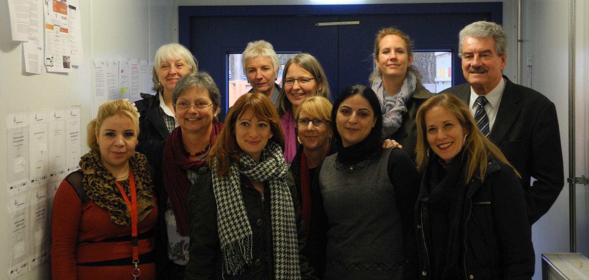 Eine Delegation von Friedensnobelpreisträgerinnen hat eine Flüchtlingsunterkunft unseres Bündnismitgliedes AWO besucht. Sie haben sich mit betroffenen Frauen und Mädchen über die besonderen Gefahren für und den Schutz von Frauen auf der Flucht ausgetauscht.