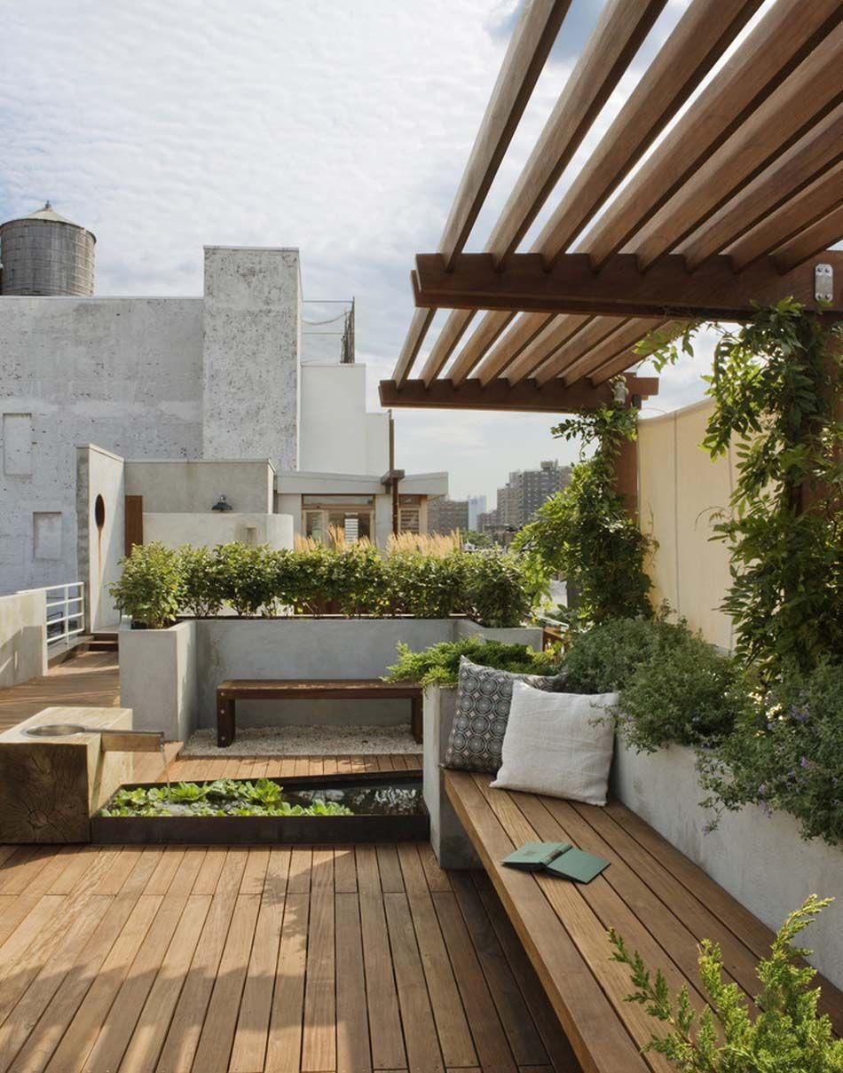 pergola design en bois parfaitement assortie lamnagement dune grande terrasse sur le toit