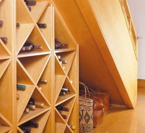 Aprovechando espacios bajo la escalera bodega vinos for Bajo escaleras de madera