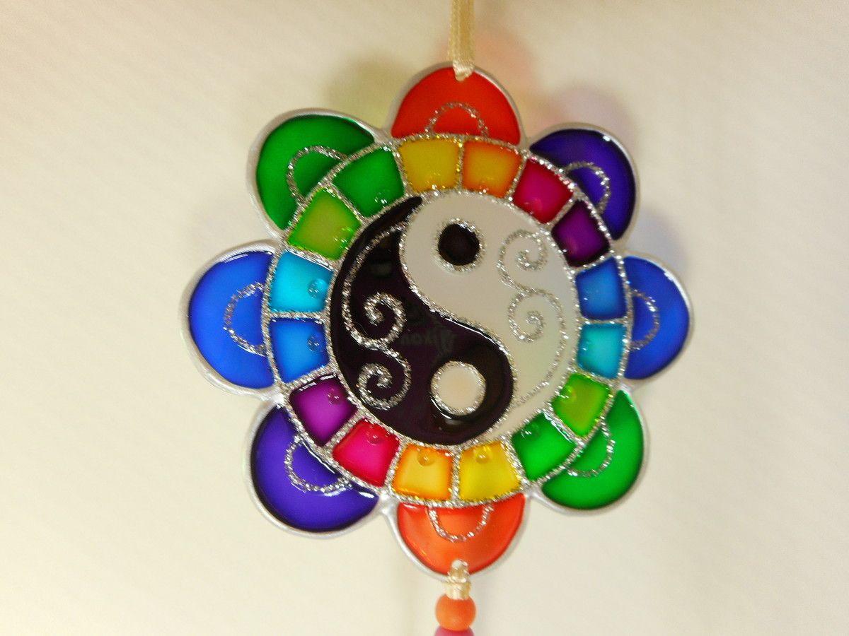 Mandala em PVC com técnica de pintura vitral - com 8 cm de diâmetro    MANDALAS - uma opção excelente para presentear com bom gosto e exclusividade!