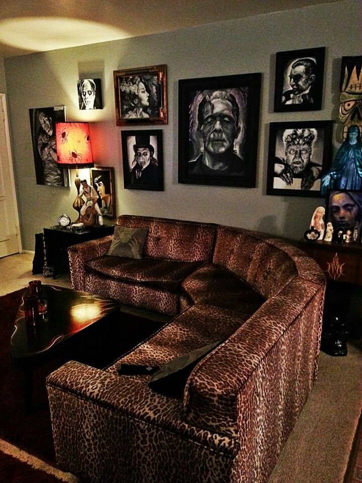 i love that couch and i LOVE all of the old school pics of Hollywood's classic monsters <3