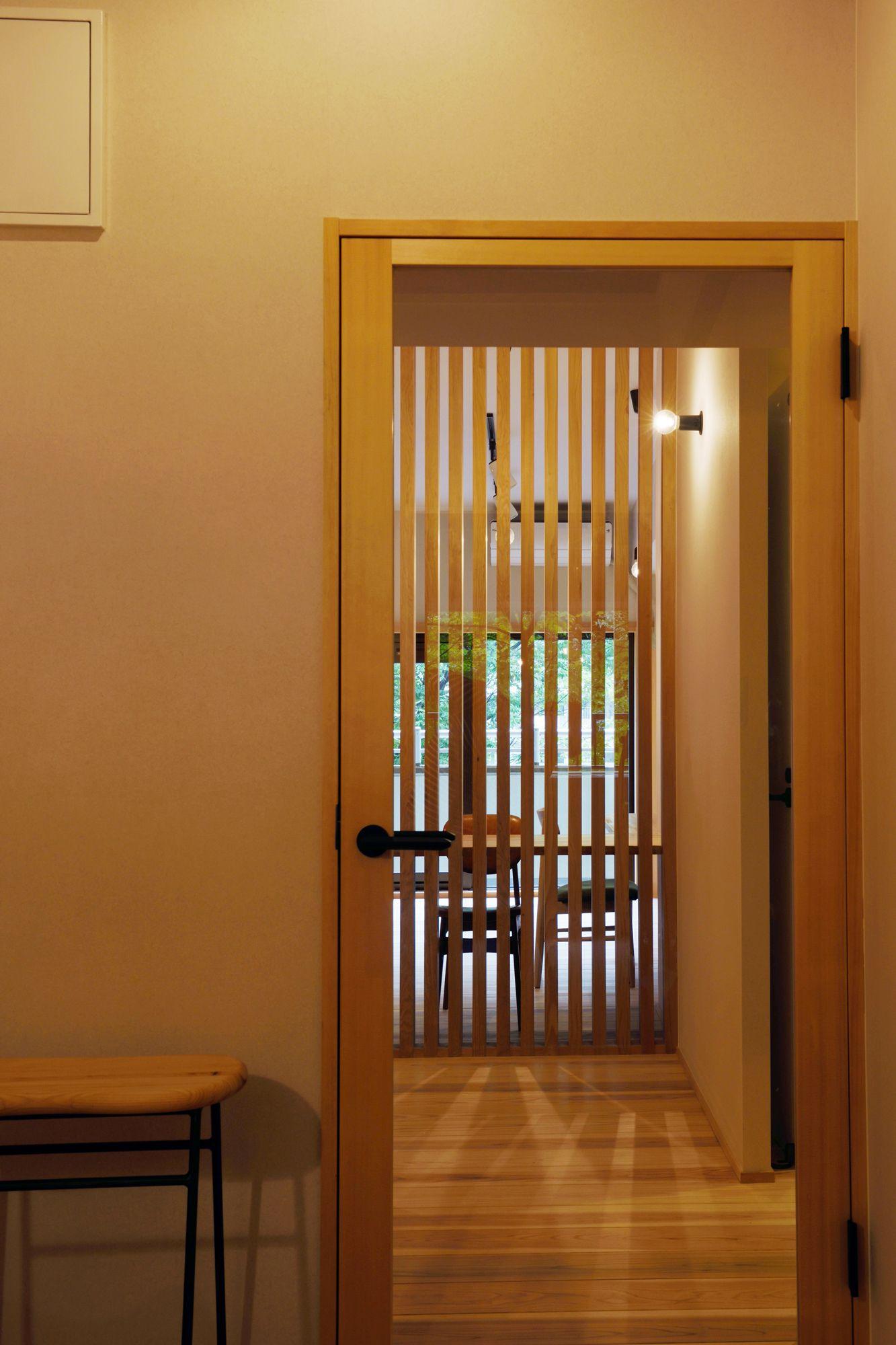 玄関を開けると ガラスの建具越しに南面 リビングからからの光が溢れます