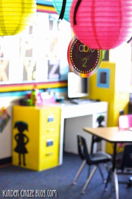 accrocher le numéro des tables à des boules chinoises colorées! j'aime!