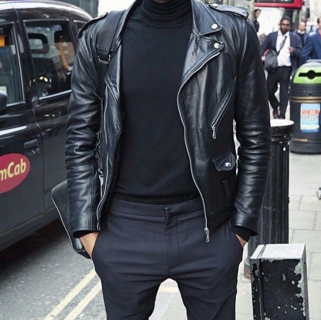 Perfecto en cuir noir porté avec un pantalon en laine et un