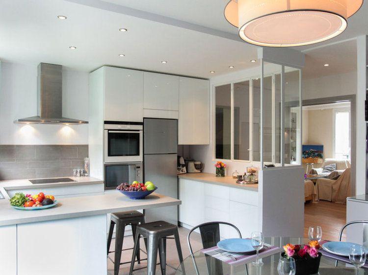 Après avoir exploré toute la palette de couleurs, la cuisine revient à la blancheur. Moderne, campagnarde ou classique, elle se éclate de pureté et éblouit l'espace.