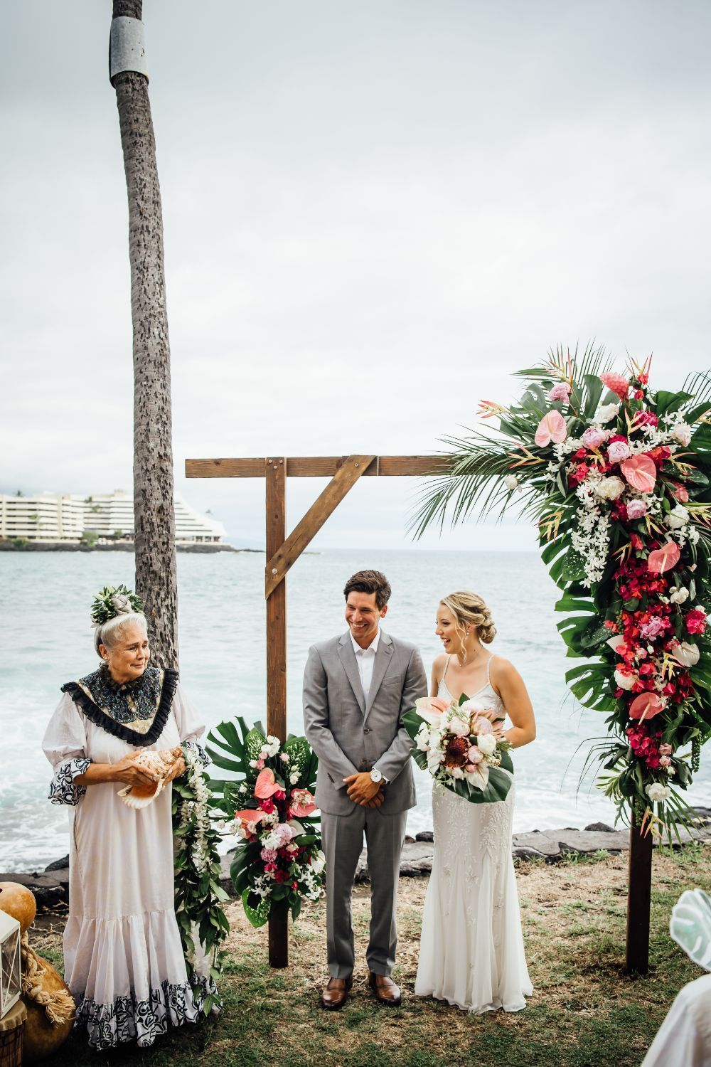 Tropical Destination Wedding In Hawaii Greenery Inspired Destination Wedding In 2020 Hawaii Wedding Big Island Wedding Hawaiian Destination Weddings