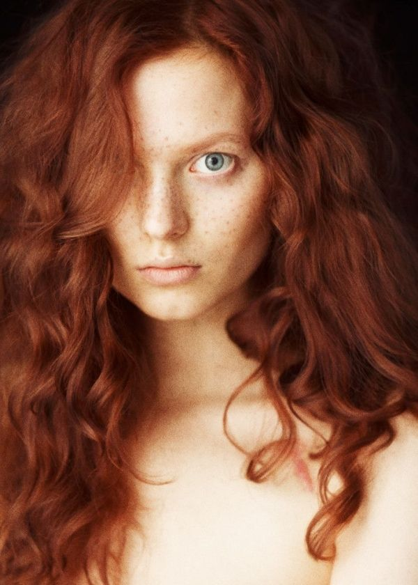 Blue Eyed Redheads Are Super Rare Blue Eyes And Red Hair Forms The Rarest Combo On Earth Most Natural Redheads Will Have Br Redheads Freckles Redhead Facts
