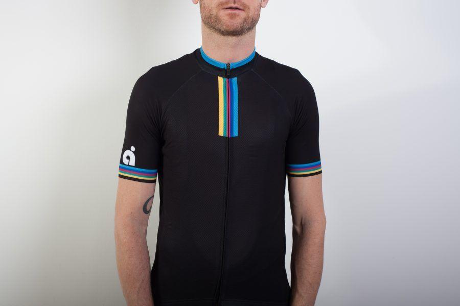 Rainbow Team Jersey is het eerste wielershirt van årne. De Rainbow Team Jersey is een eigentijdse, stijlvolle wielertrui in zwart met regenboog opdruk.