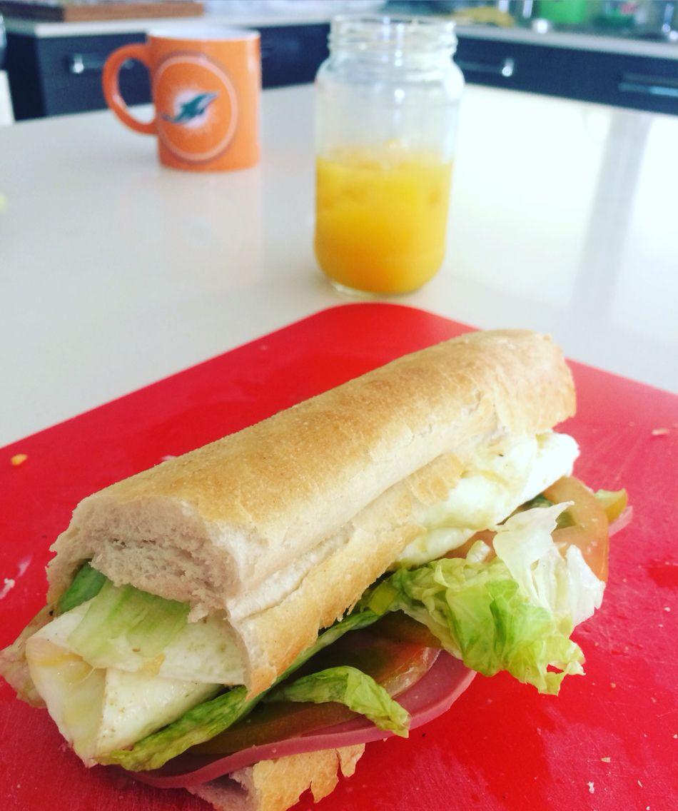 Delicioso emparedado de lechuga, tomate, jamón de pavo y una postura de gallina... El perfecto desayuno