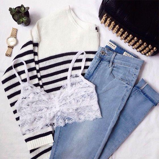 A combinação de 3 peças must have: Sutiã de renda, camisa listrada e jeans.