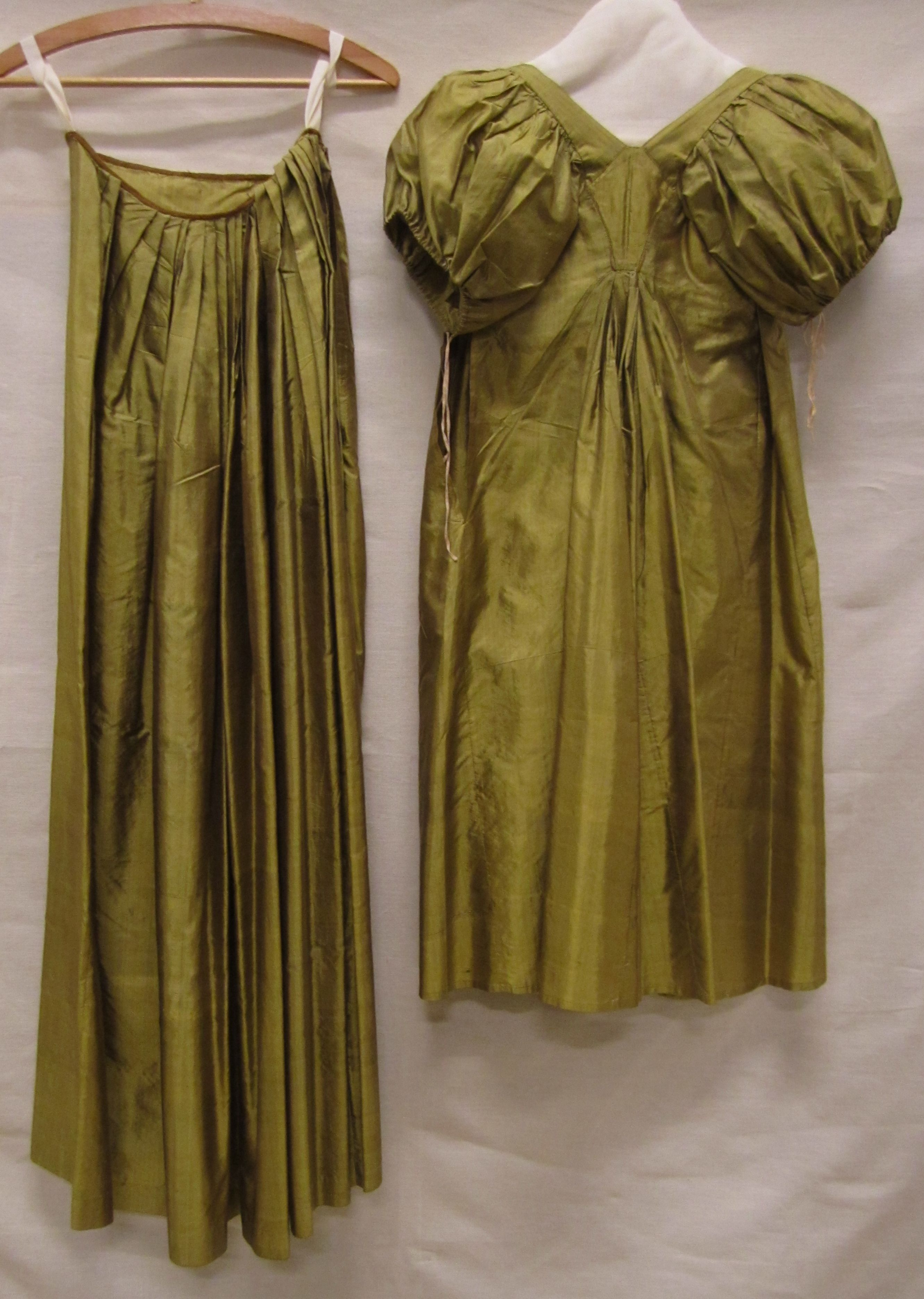 1800-15 ca. Unusual: Skirt and Over Gown with short puffed sleeves. Gemeentemuseum Den Haag.