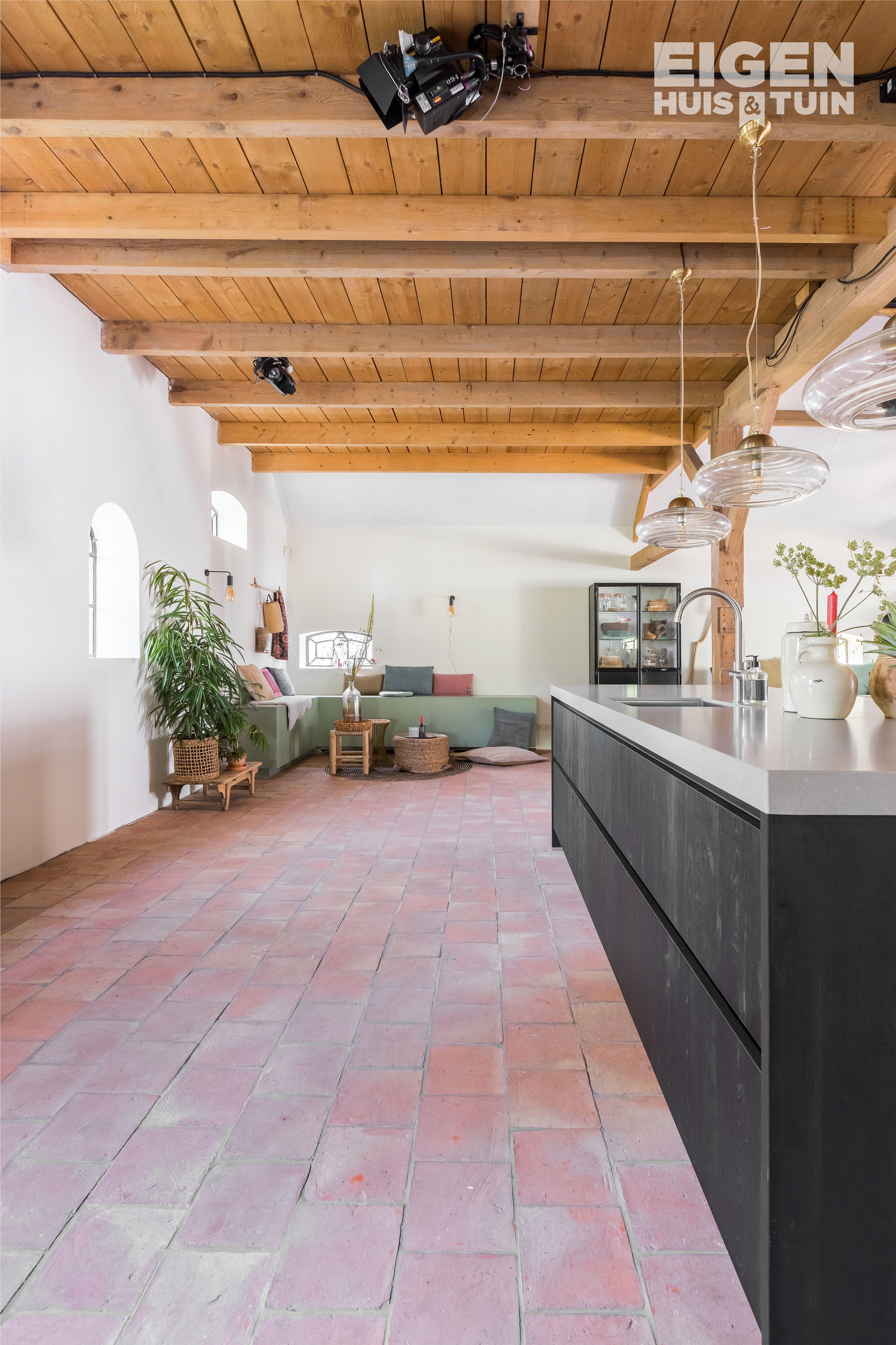 Een Zwarte Strakke Keuken Kan Je Goed Combineren Met Houten Plafond En Een Stenen Vloer You Can Easily Combine A Black Sle Houten Plafond Huis Stenen Vloeren