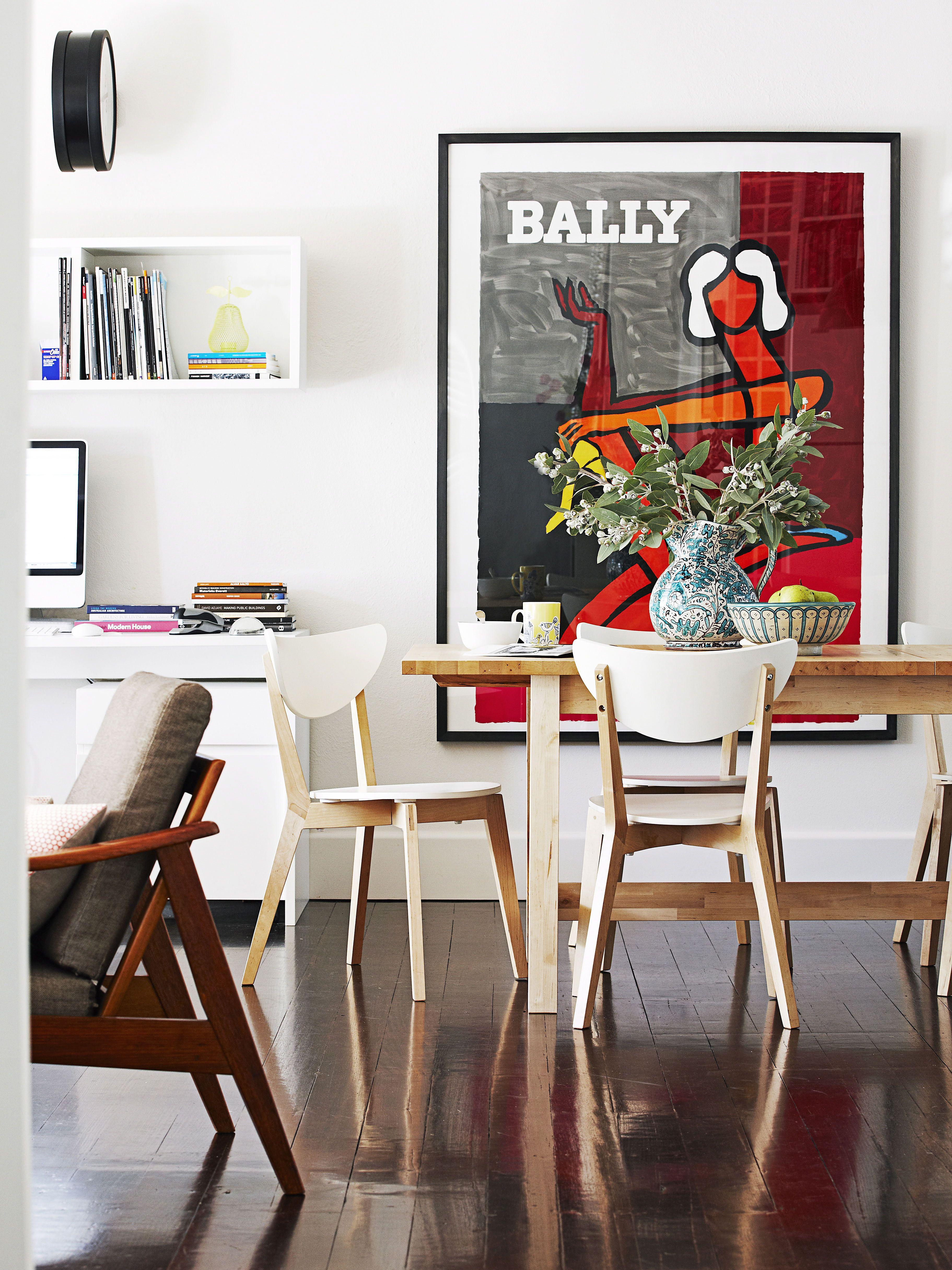 grande affiche color e sur mur blanc chic. Black Bedroom Furniture Sets. Home Design Ideas