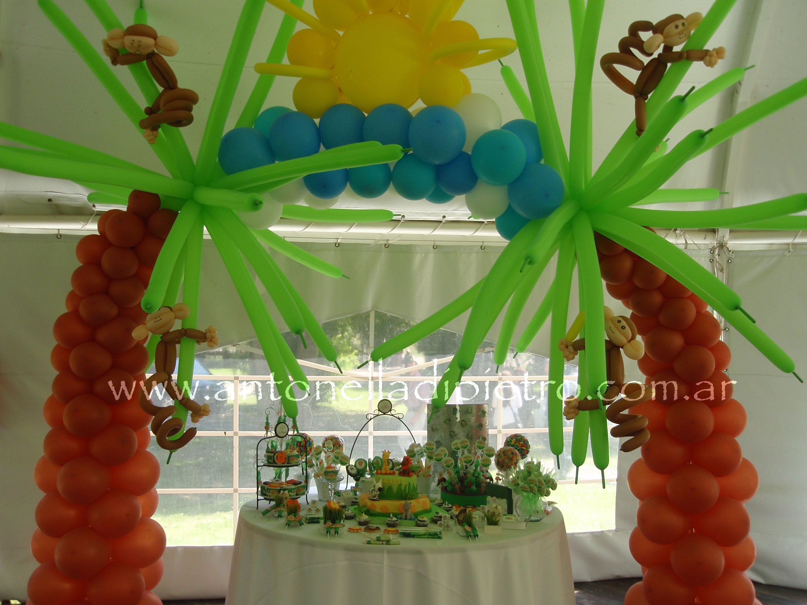 Candy bar con animalitos monitos arco de globos sweet - Decoracion con biombos ...