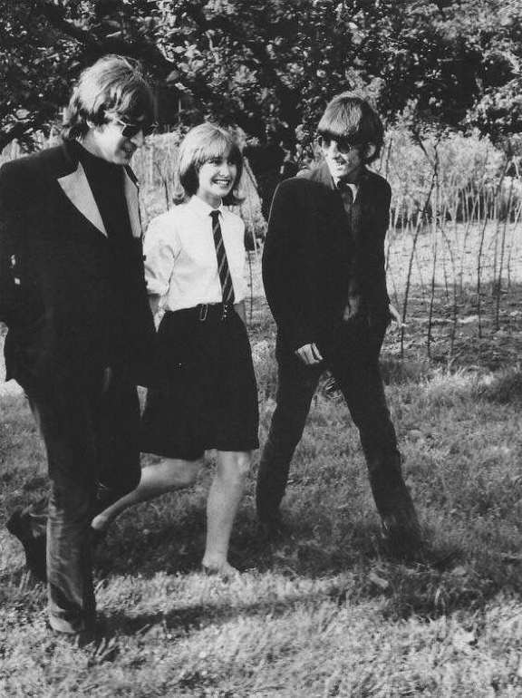 John And George With A Fan During The Filming Of The Promotional Video Of Paperback Writer Chiswick House May 1966 T Beatles Girl The Beatles Beatles Rare