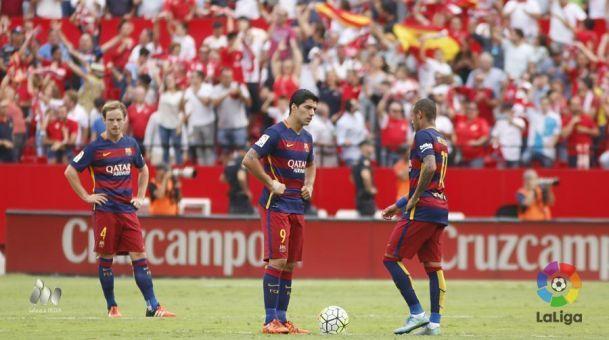 Rakitic, Suárez y Neymar en el centro del campo de juego. Sevilla 2-1 FC Barcelona   03.10.15