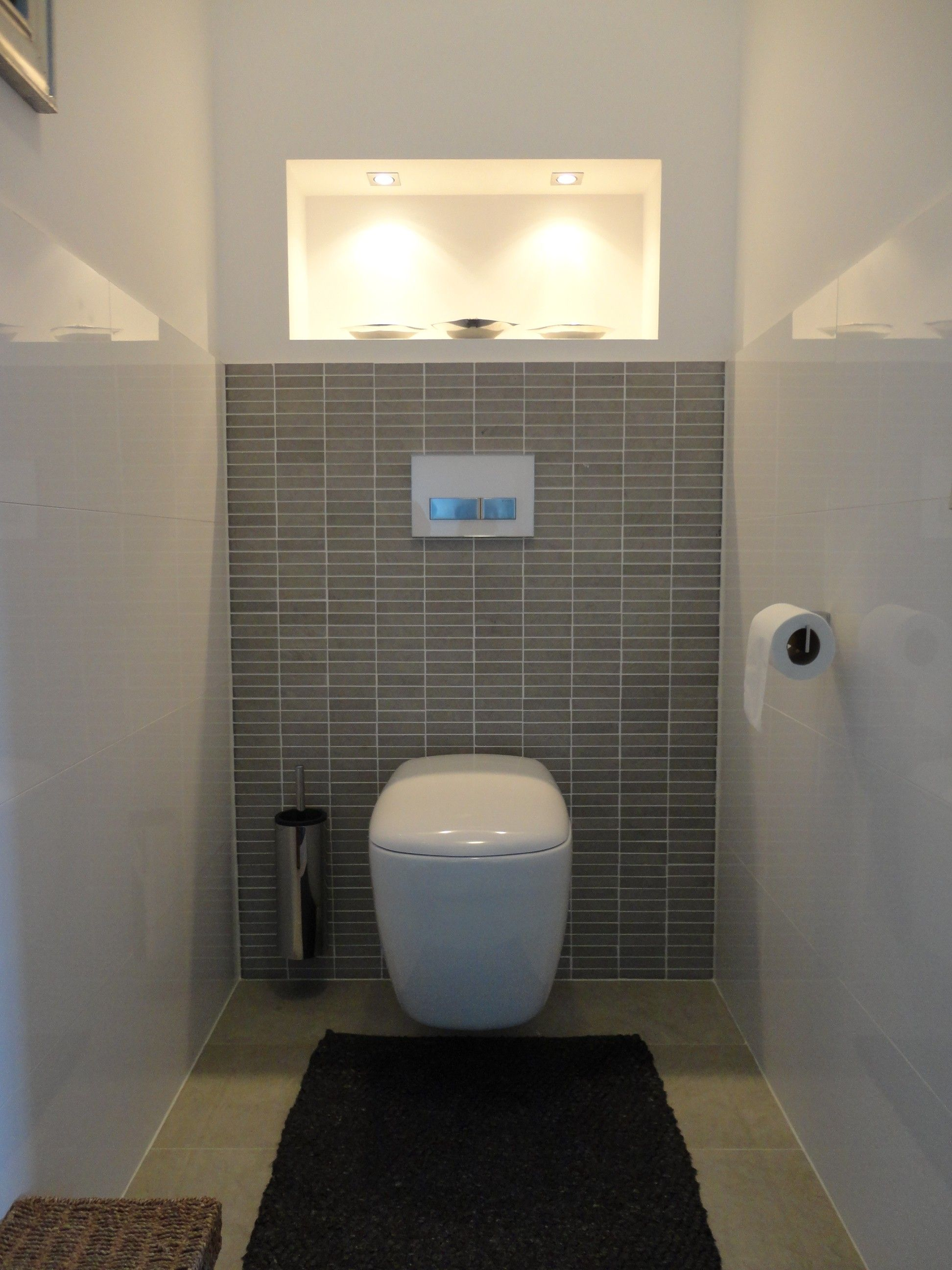 Toilet wonen badkamer pinterest toilet small for Carrelage mural toilettes