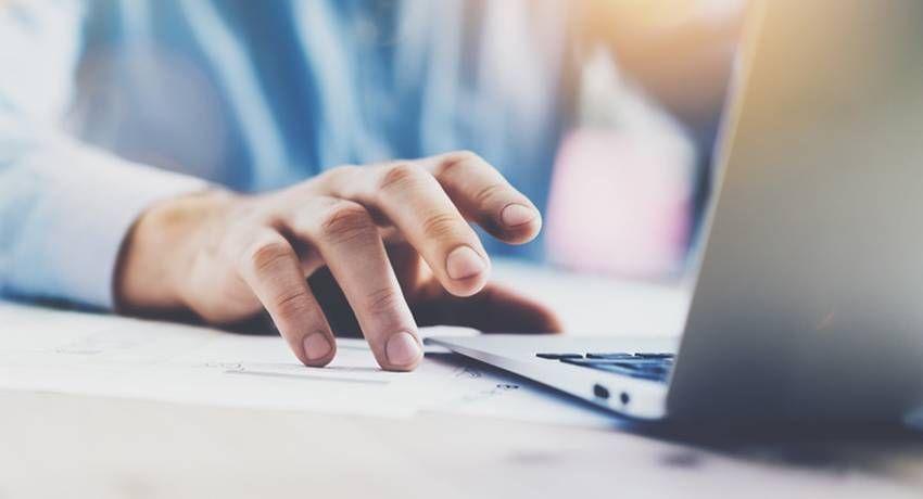 Immer häufiger werden in den Stellenanzeigen Bewerbungen online oder ...