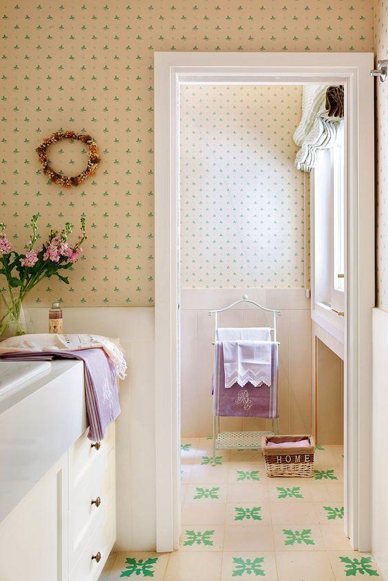 El Papel pintado en tonos claros y con detalles en colores más vitaminados son siempre una buena opción #bañosencolor