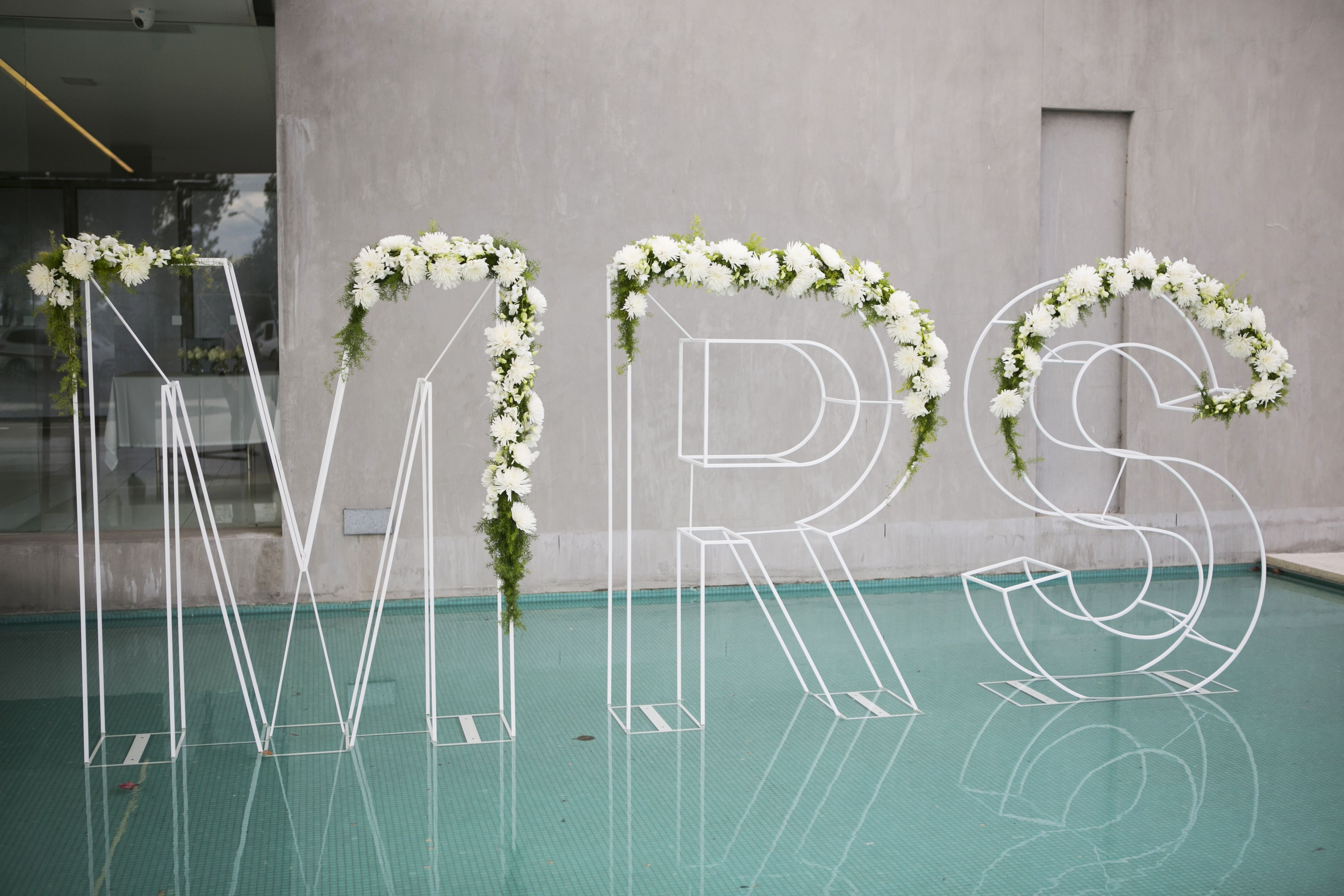 Giant Mrs sign wedding decoration | itakeyou.co.uk
