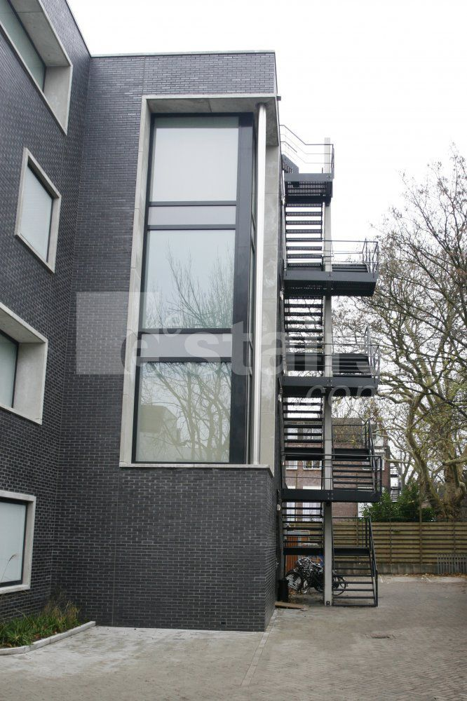 Escaleras exteriores u caracol estructura edificios for Escaleras de metal para exteriores