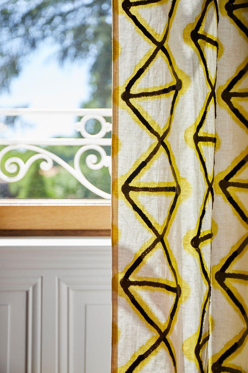 La Valise Rouge Les Herbiers focus détail rideau graphique jaune et noir. | couleur