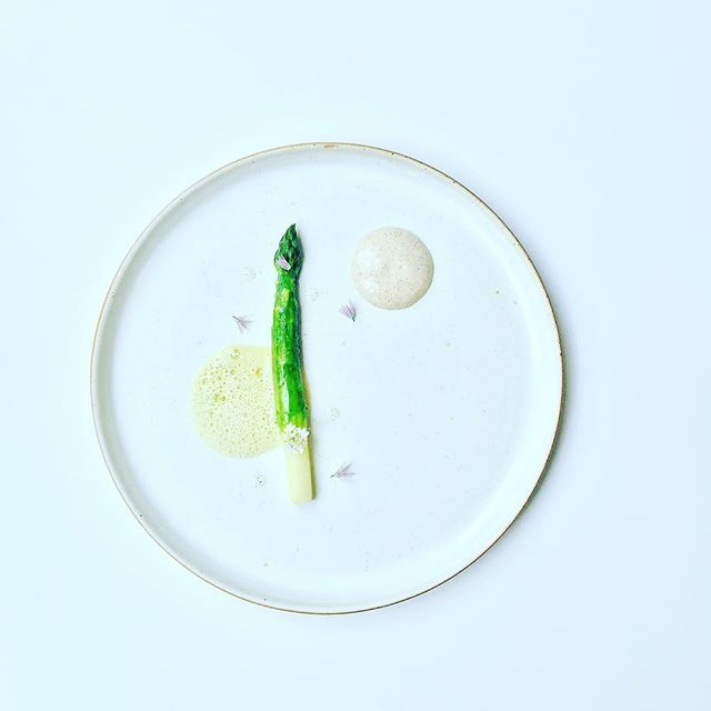 Blanched and glazed asparagus served with potato infusion vanilla, asparagus foam and vanilla oil inspired by @danielhumm #instafood #TheArtOfPlating #foodporn #foodstagram #brazil #kitchen #chef #chefstalk #chefsroll #foodphotography #gastroart #foodart