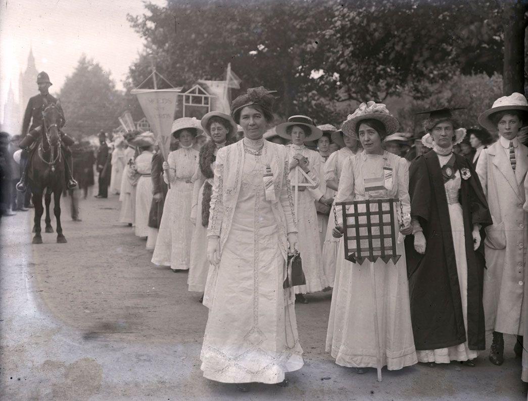 Image Result For Vintage Photos 1910 Women S March London Frauen In Der Geschichte Suffragetten Schwarz Weiss Fotos [ 794 x 1045 Pixel ]