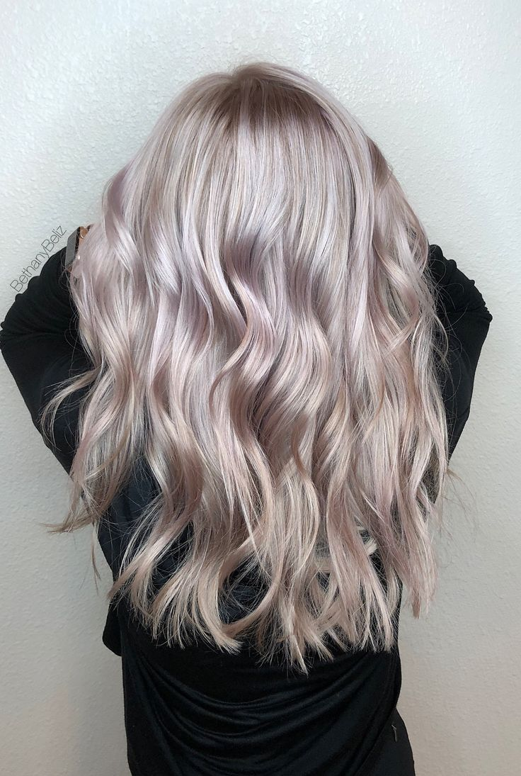 Platinblonde Highlights mit lila Glasur und lang geschichtetem Haarschnitt -  #geschichtetem ... #longlayeredhaircuts