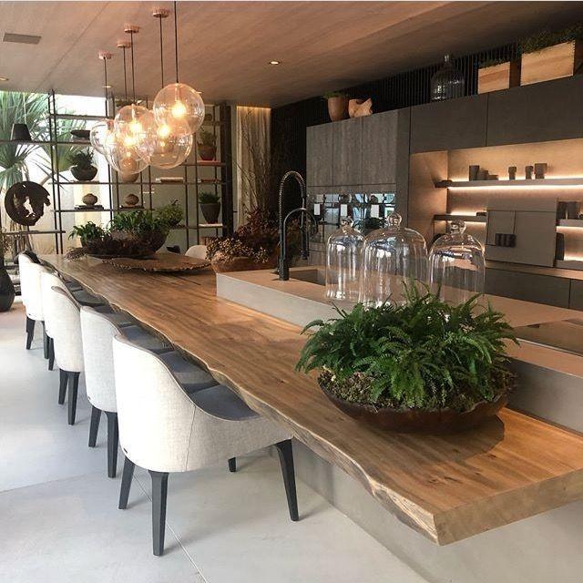 Chaises design avec grande table en bois brut pour une - Table cuisine bois brut ...