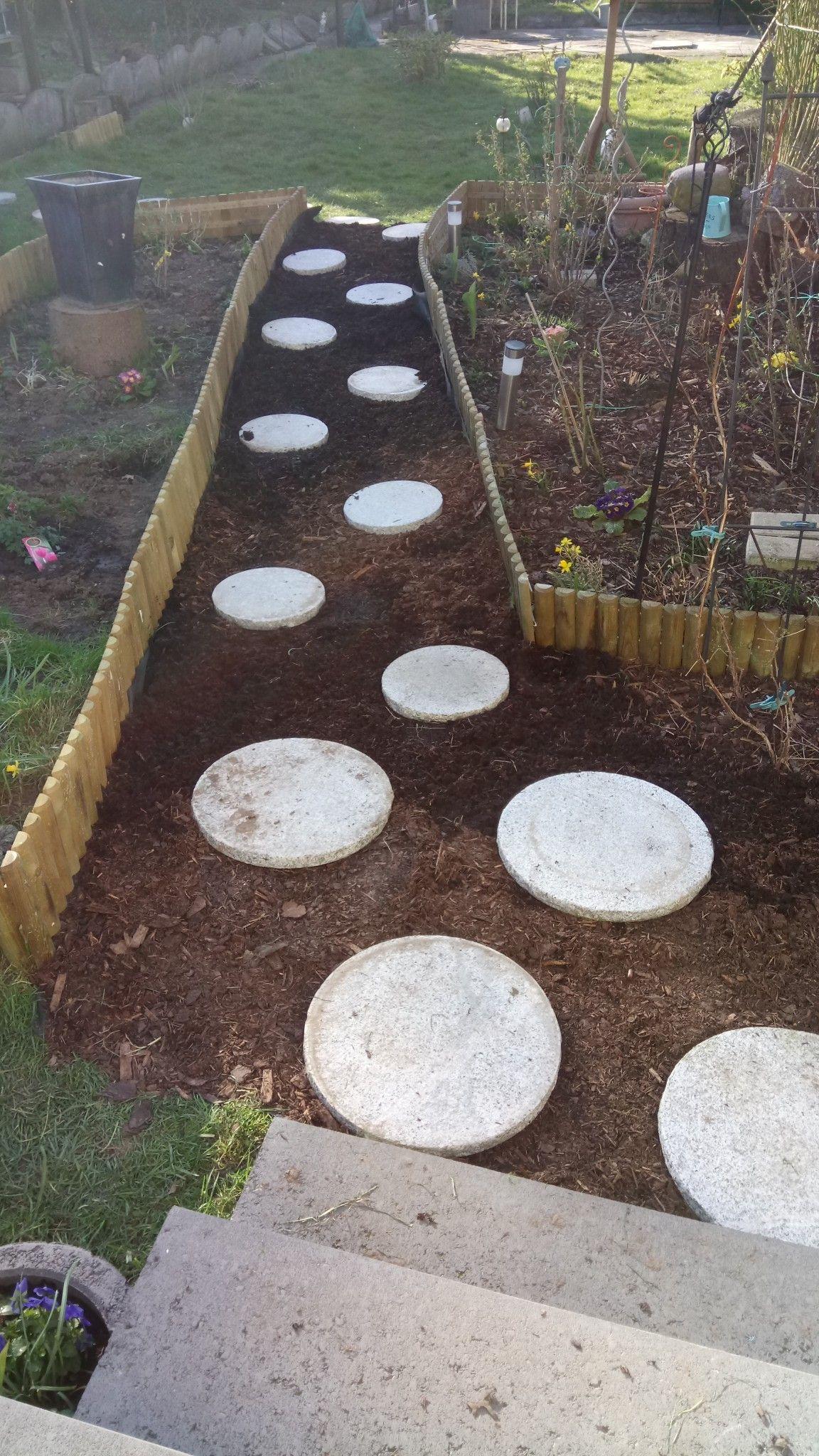 Ein Einfacher Weg Mit Rindenmulch Und Pflastersteine Rindenmulch Garten Gartenweg