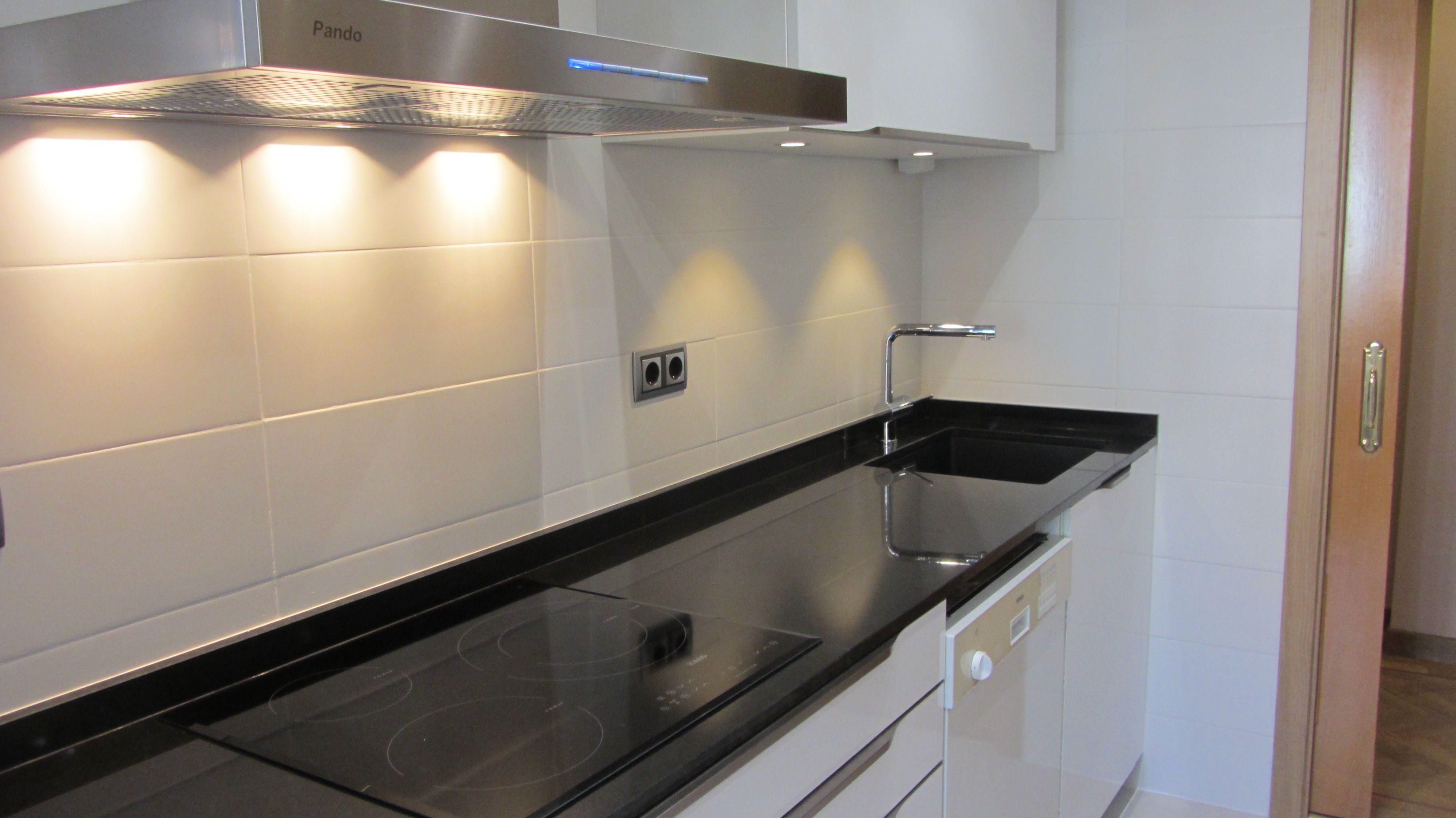 Alicatado de cocina en color blanco mate de 20x50cm casa alicatado gres porcel nico y - Alicatado cocina ...